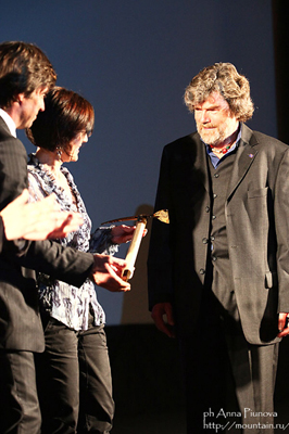 Мэры Шамони и Курмайора вручают Рейнхольду Месснеру Piolet d'Or за карьеру в альпинизме