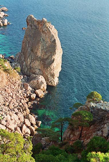 Мыс Айя представляет собой отвесный отрог Главной гряды Крымских гор и...