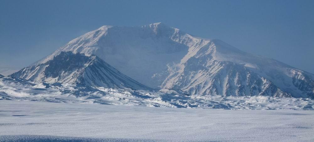 Вулкан Средний в низу с лева и